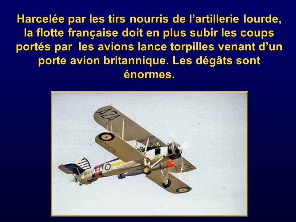 Harcelée par les tirs nourris de l'artillerie lourde, la flotte française doit en plus subir les coups portés par les avions lance torpilles venant d'un porte avion britannique.