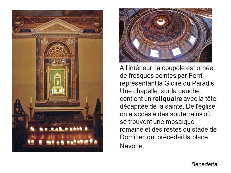 A l intérieur, la coupole est ornée de fresques peintes par Ferri représentant la Gloire du Paradis. Une chapelle, sur la gauche, contient un reliquaire avec la tête décapitée de la sainte. De l église on a accès à des souterrains où se trouvent une mosaïque romaine et des restes du stade de Domitien qui précédait la place Navone.