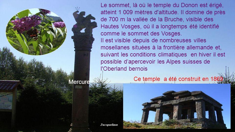 Le sommet, là où le temple du Donon est érigé, atteint 1 009 mètres d altitude. Il domine de près de 700 m la vallée de la Bruche, visible des Hautes Vosges, où il a longtemps été identifié comme le sommet des Vosges.