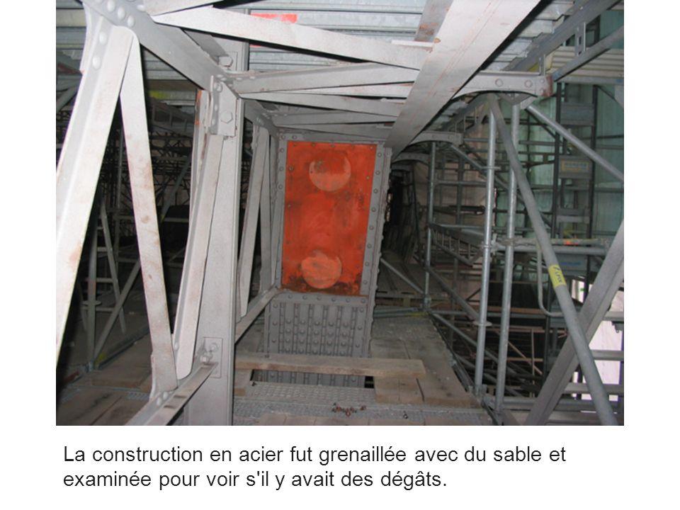 La construction en acier fut grenaillée avec du sable et examinée pour voir s il y avait des dégâts.