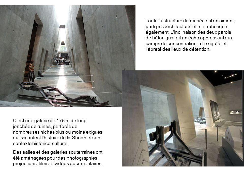 Toute la structure du musée est en ciment, parti pris architectural et métaphorique également. L'inclinaison des deux parois de béton gris fait un écho oppressant aux camps de concentration, à l'exiguïté et l'âpreté des lieux de détention.