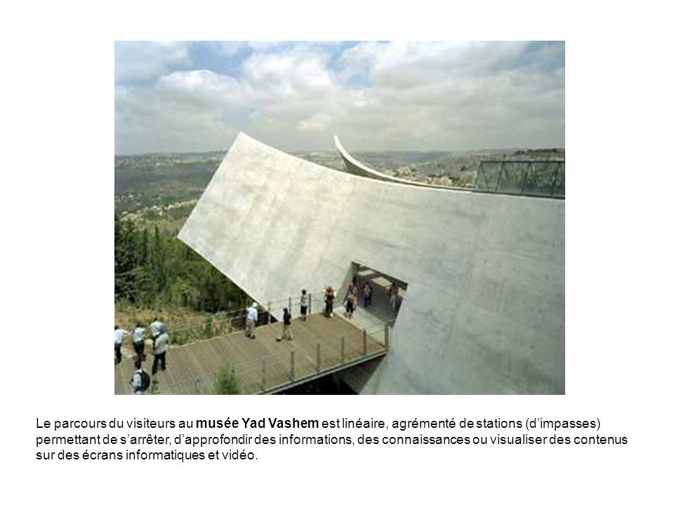 Le parcours du visiteurs au musée Yad Vashem est linéaire, agrémenté de stations (d'impasses) permettant de s'arrêter, d'approfondir des informations, des connaissances ou visualiser des contenus sur des écrans informatiques et vidéo.