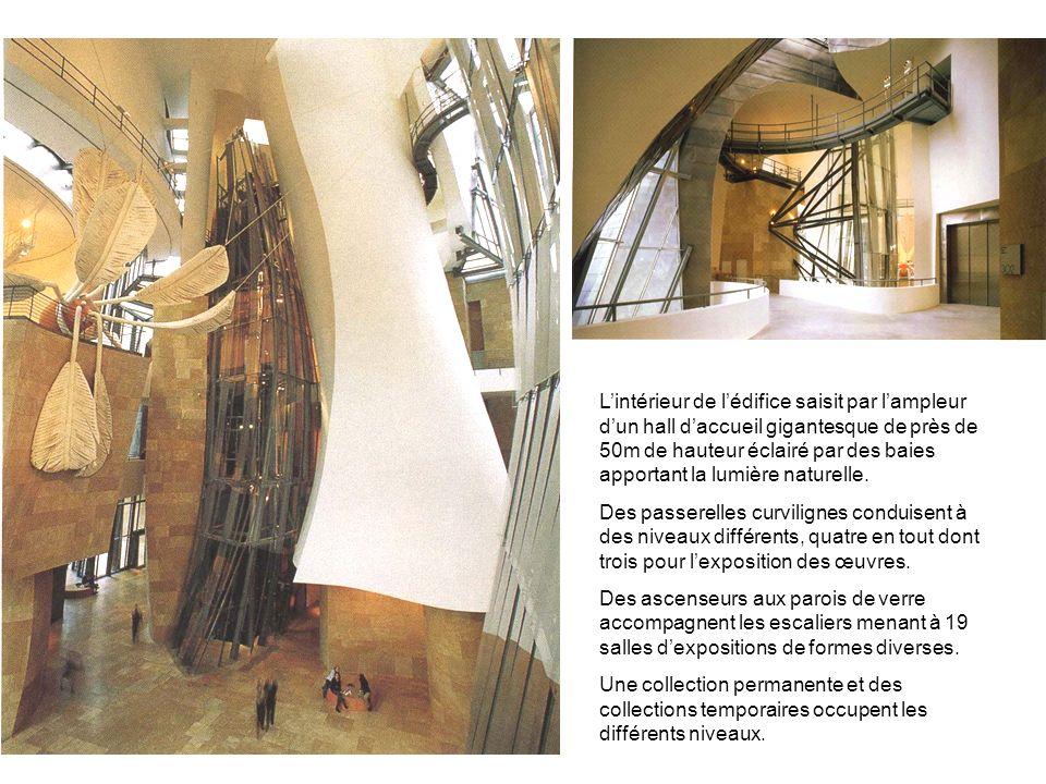 L'intérieur de l'édifice saisit par l'ampleur d'un hall d'accueil gigantesque de près de 50m de hauteur éclairé par des baies apportant la lumière naturelle.