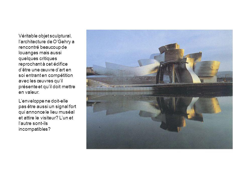 Véritable objet sculptural, l'architecture de O'Gehry a rencontré beaucoup de louanges mais aussi quelques critiques reprochant à cet édifice d'être une œuvre d'art en soi entrant en compétition avec les œuvres qu'il présente et qu'il doit mettre en valeur.