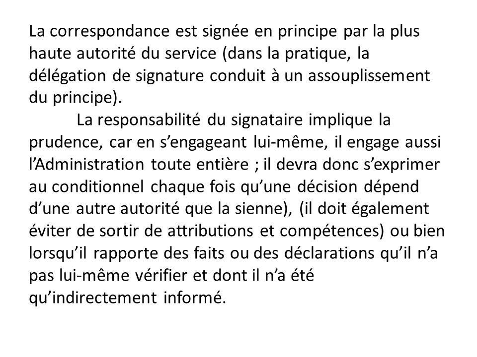 La correspondance est signée en principe par la plus haute autorité du service (dans la pratique, la délégation de signature conduit à un assouplissement du principe).