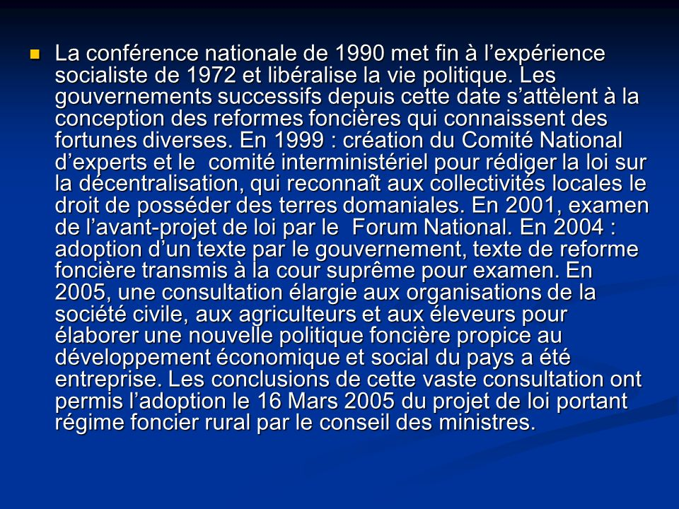 La conférence nationale de 1990 met fin à l'expérience socialiste de 1972 et libéralise la vie politique.