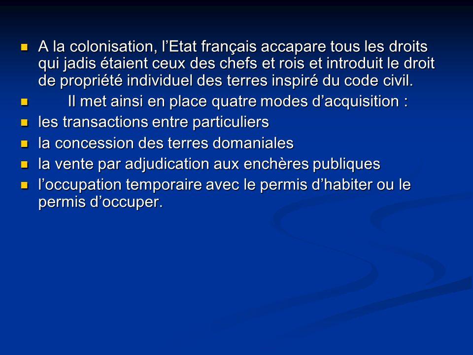 A la colonisation, l'Etat français accapare tous les droits qui jadis étaient ceux des chefs et rois et introduit le droit de propriété individuel des terres inspiré du code civil.