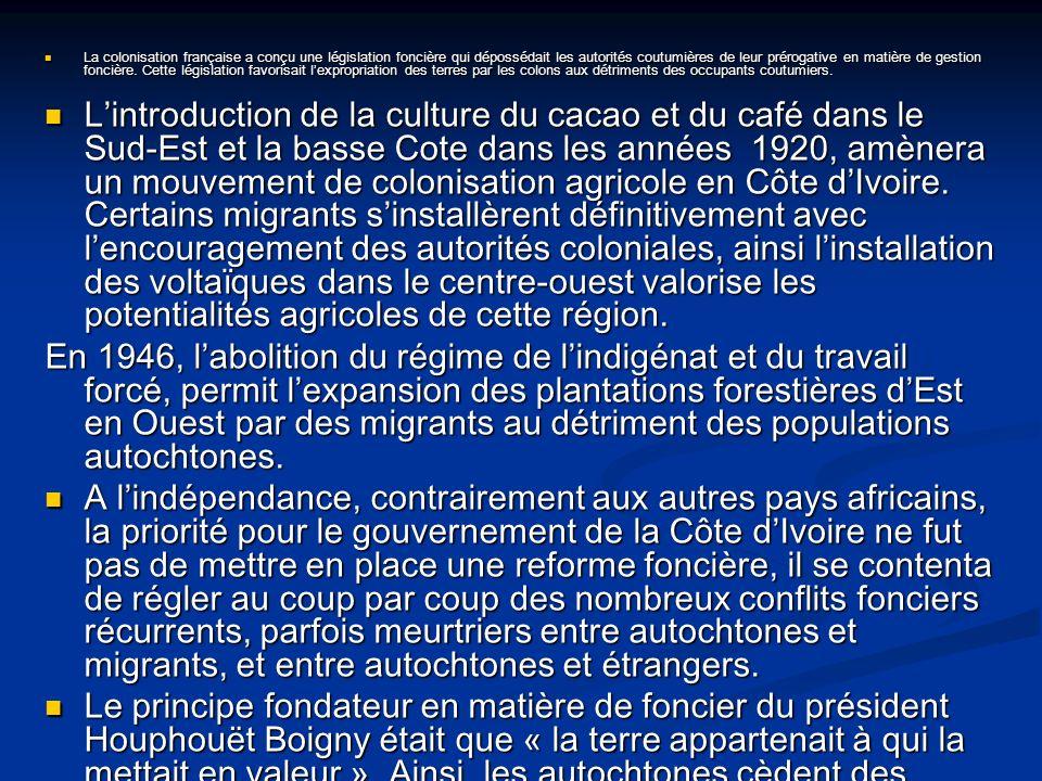 La colonisation française a conçu une législation foncière qui dépossédait les autorités coutumières de leur prérogative en matière de gestion foncière. Cette législation favorisait l'expropriation des terres par les colons aux détriments des occupants coutumiers.