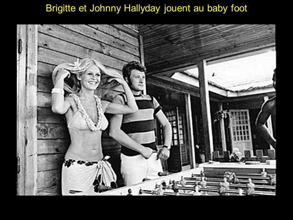 Brigitte et Johnny Hallyday jouent au baby foot
