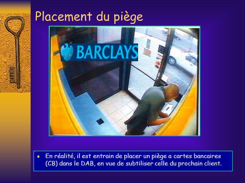 Placement du piège En réalité, il est entrain de placer un piège a cartes bancaires (CB) dans le DAB, en vue de subtiliser celle du prochain client.
