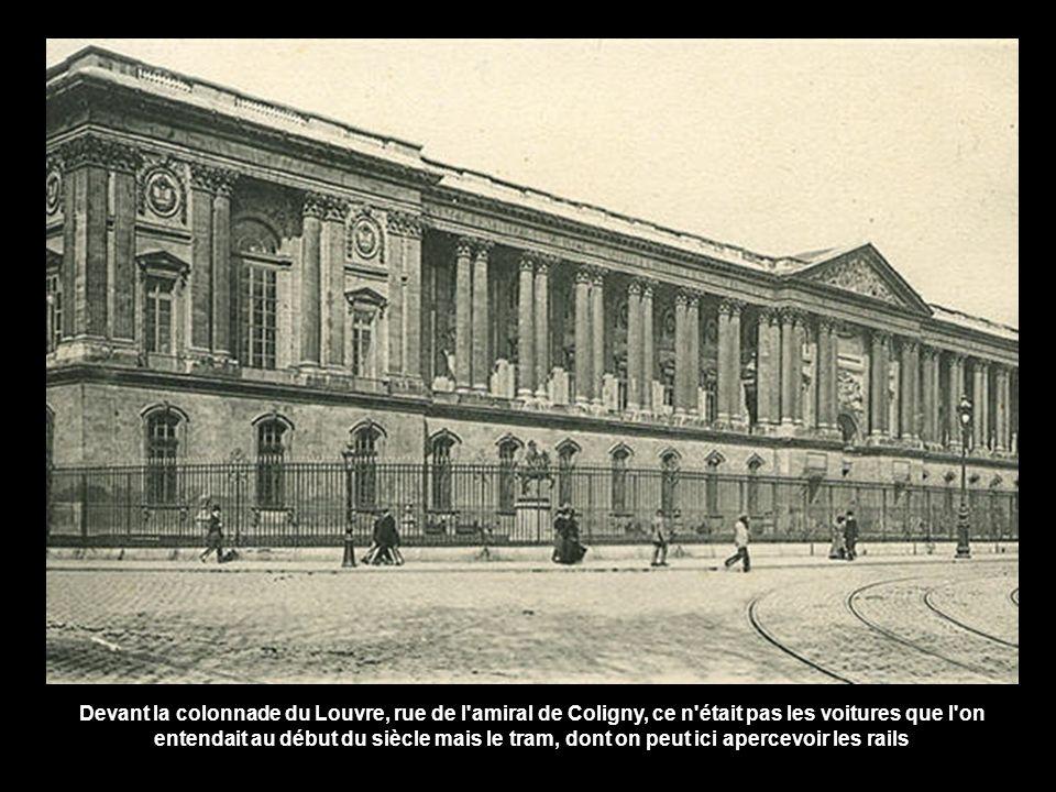 Devant la colonnade du Louvre, rue de l amiral de Coligny, ce n était pas les voitures que l on entendait au début du siècle mais le tram, dont on peut ici apercevoir les rails