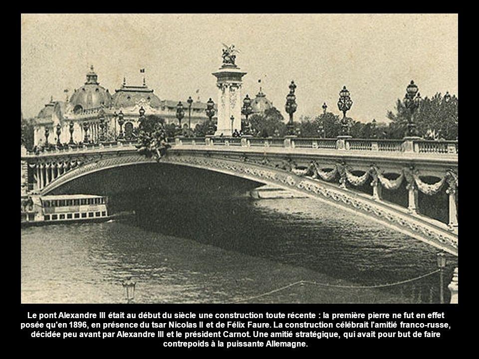 Le pont Alexandre III était au début du siècle une construction toute récente : la première pierre ne fut en effet posée qu en 1896, en présence du tsar Nicolas II et de Félix Faure. La construction célébrait l amitié franco-russe, décidée peu avant par Alexandre III et le président Carnot.