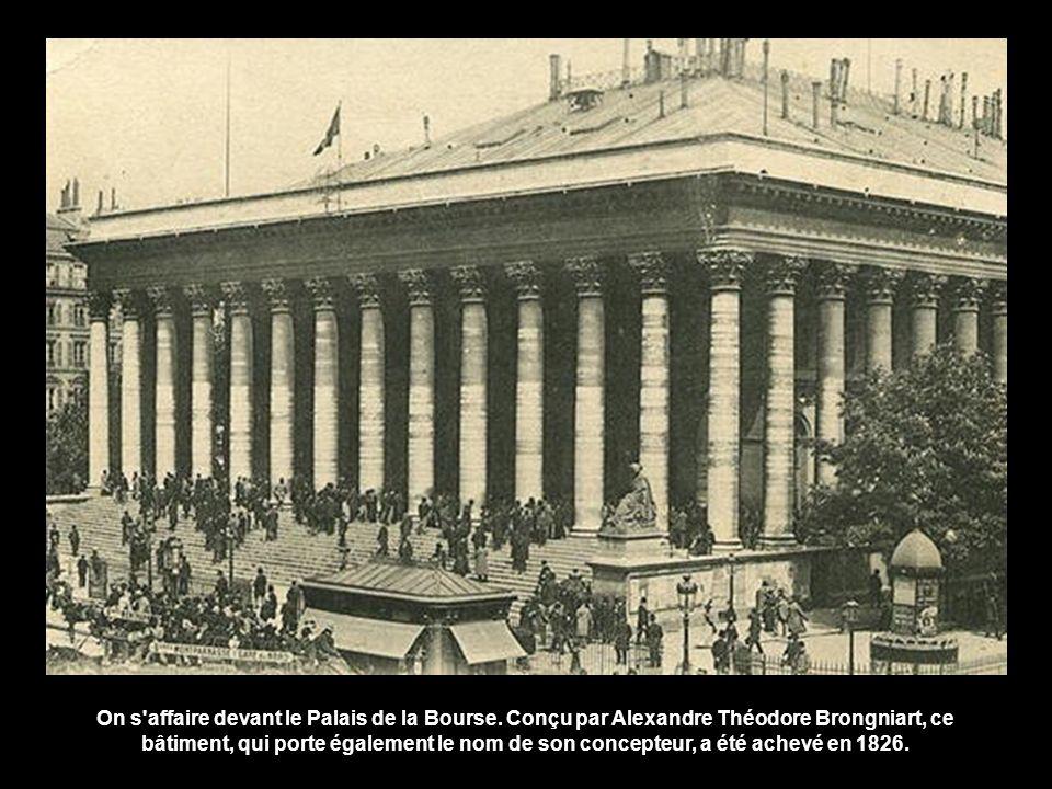 On s affaire devant le Palais de la Bourse