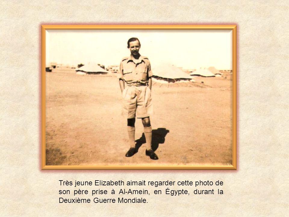 Très jeune Elizabeth aimait regarder cette photo de son père prise à Al-Amein, en Égypte, durant la Deuxième Guerre Mondiale.