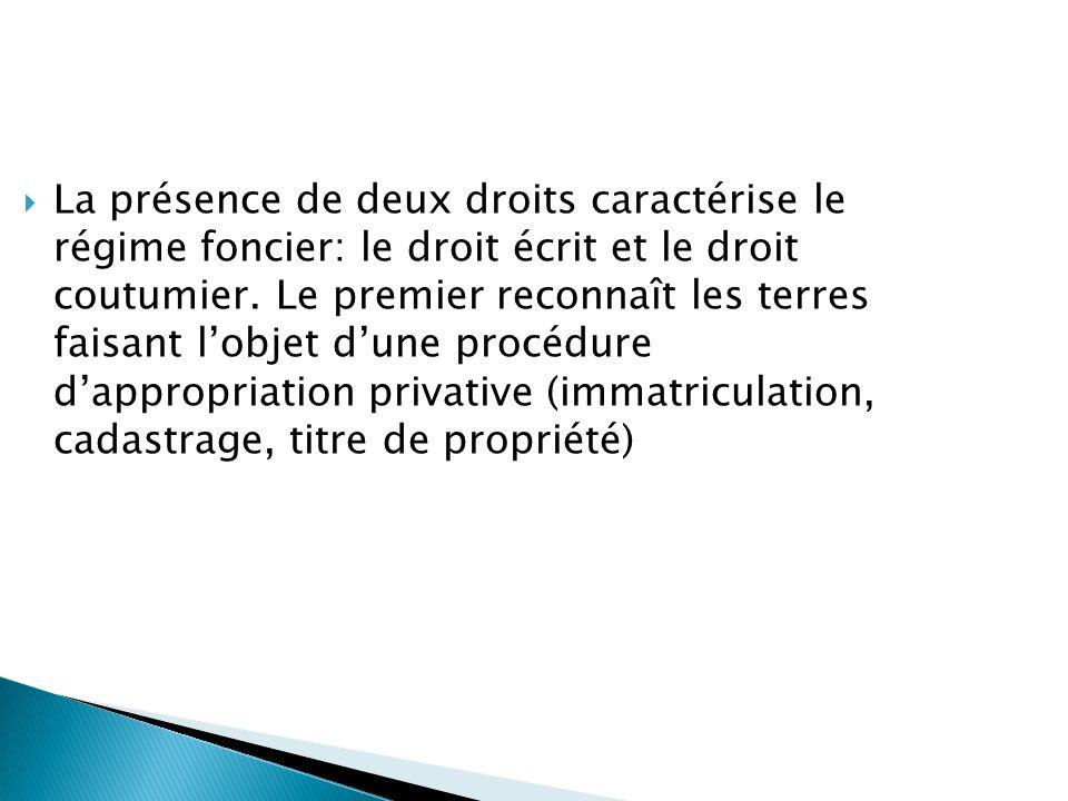 La présence de deux droits caractérise le régime foncier: le droit écrit et le droit coutumier.