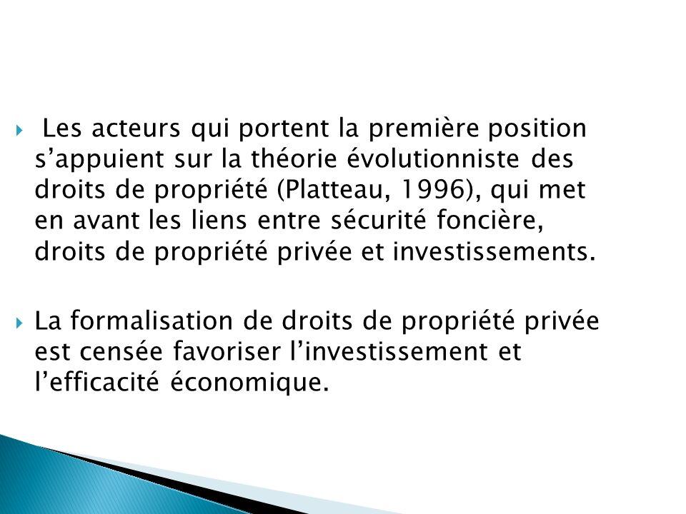 Les acteurs qui portent la première position s'appuient sur la théorie évolutionniste des droits de propriété (Platteau, 1996), qui met en avant les liens entre sécurité foncière, droits de propriété privée et investissements.