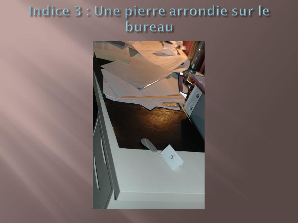 Indice 3 : Une pierre arrondie sur le bureau