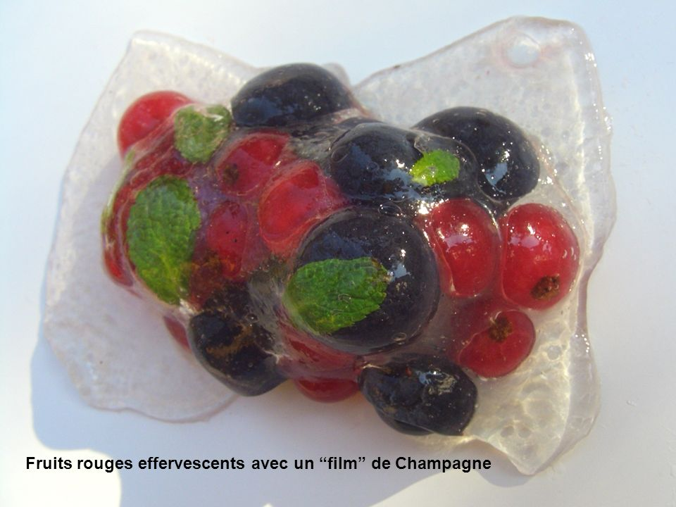 Fruits rouges effervescents avec un film de Champagne