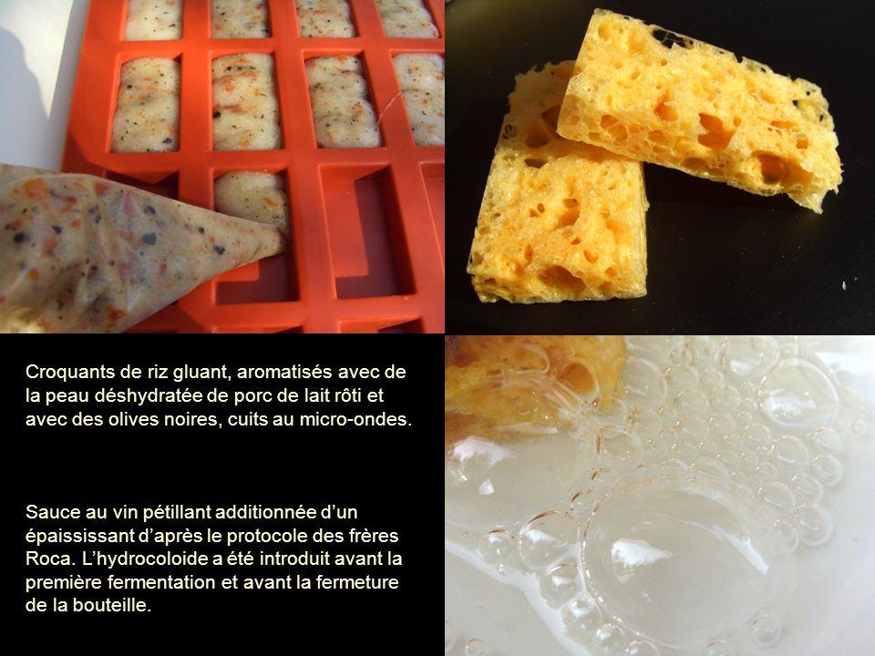 Croquants de riz gluant, aromatisés avec de la peau déshydratée de porc de lait rôti et avec des olives noires, cuits au micro-ondes.