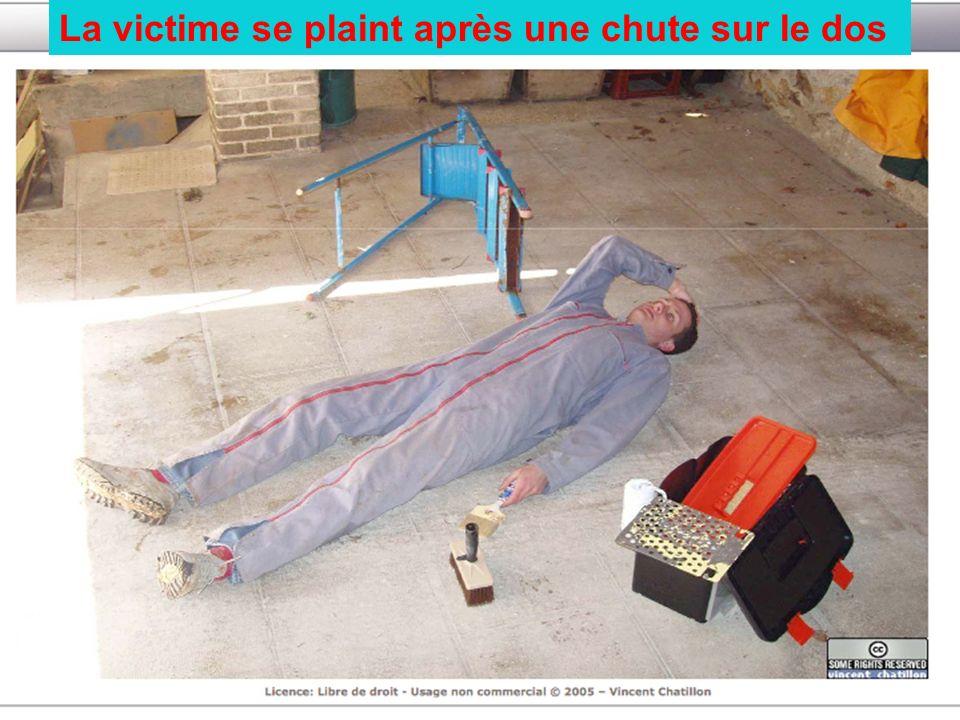 La victime se plaint après une chute sur le dos