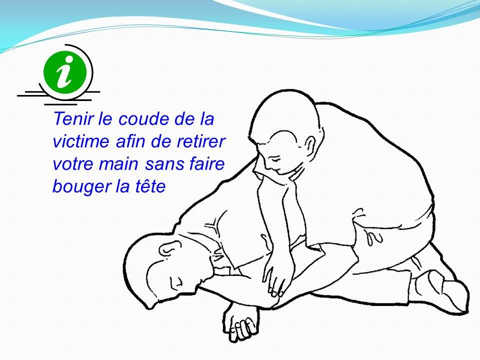 Tenir le coude de la victime afin de retirer votre main sans faire bouger la tête