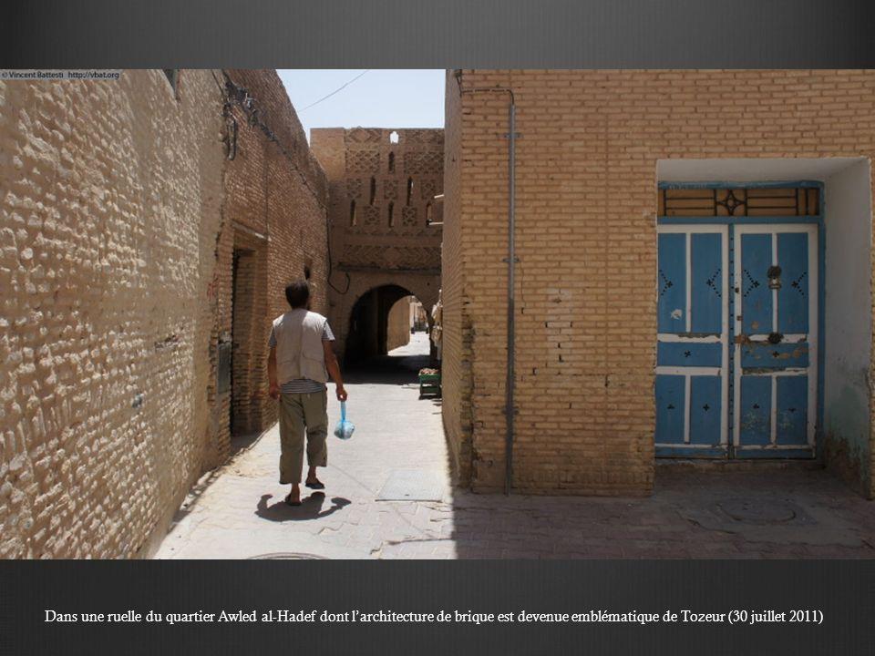 Dans une ruelle du quartier Awled al-Hadef dont l'architecture de brique est devenue emblématique de Tozeur (30 juillet 2011)