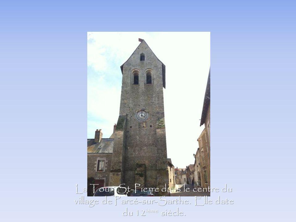 La Tour St-Pierre dans le centre du village de Parcé-sur-Sarthe