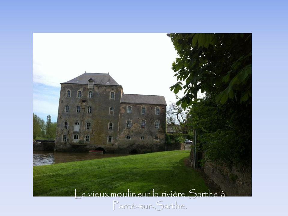 Le vieux moulin sur la rivière Sarthe à Parcè-sur-Sarthe.