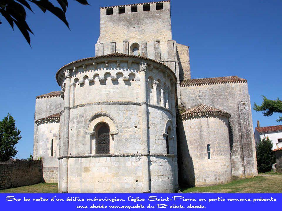 Sur les restes d'un édifice mérovingien, l'église Saint-Pierre, en partie romane, présente une abside remarquable du 12e siècle, classée.