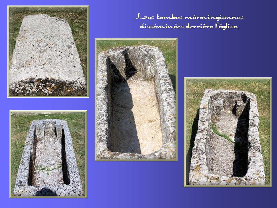 Les tombes mérovingiennes disséminées derrière l'église.