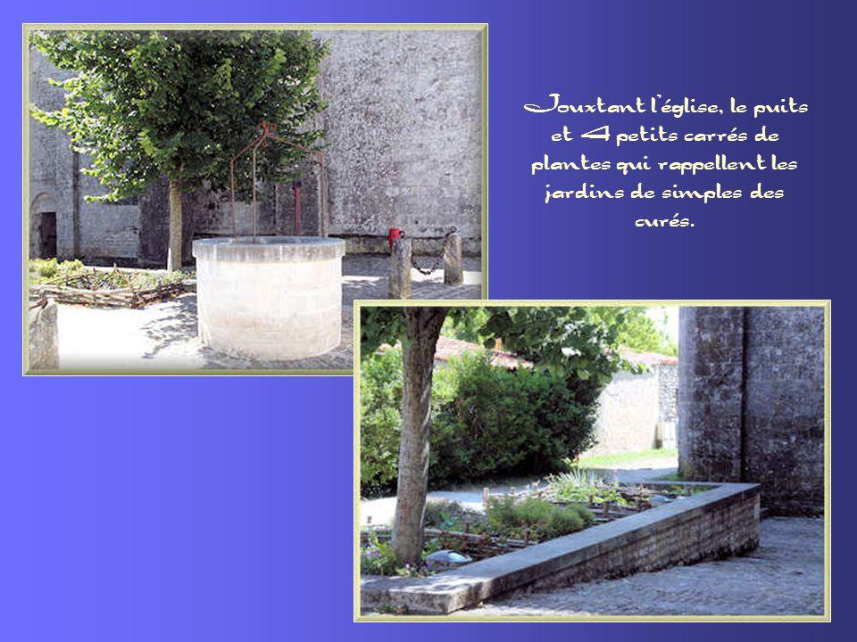 Jouxtant l'église, le puits et 4 petits carrés de plantes qui rappellent les jardins de simples des curés.