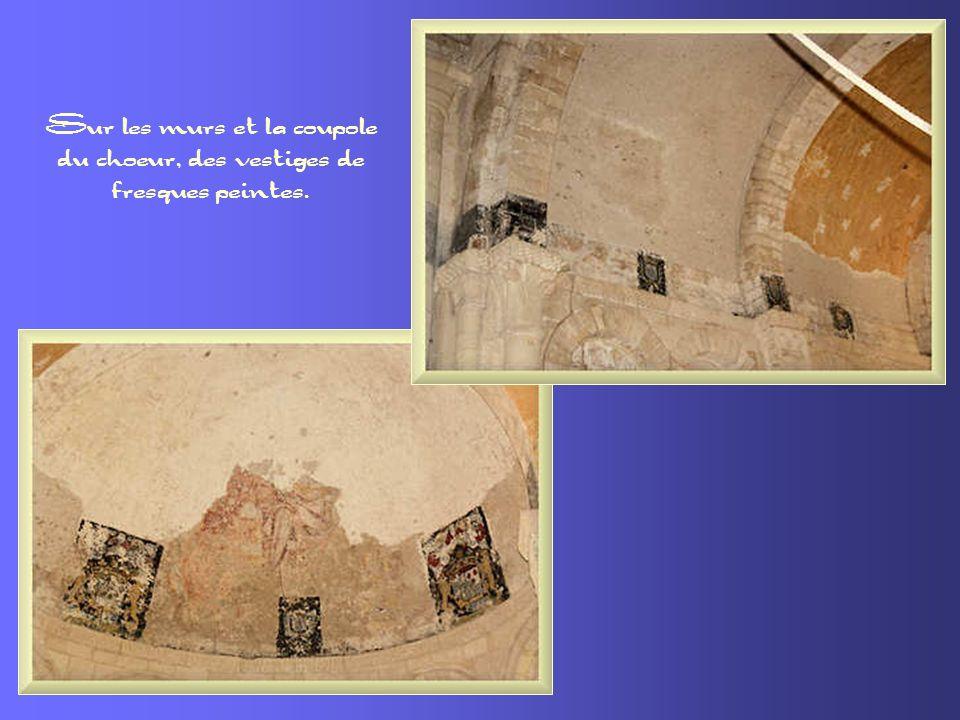 Sur les murs et la coupole du choeur, des vestiges de fresques peintes.