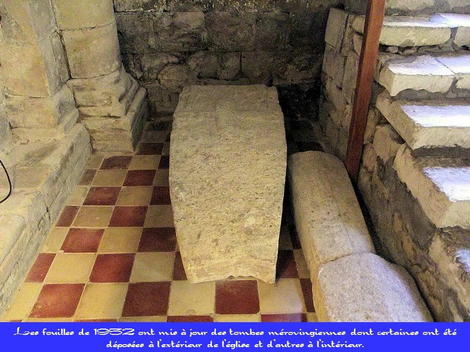 Les fouilles de 1952 ont mis à jour des tombes mérovingiennes dont certaines ont été déposées à l'extérieur de l'église et d'autres à l'intérieur.