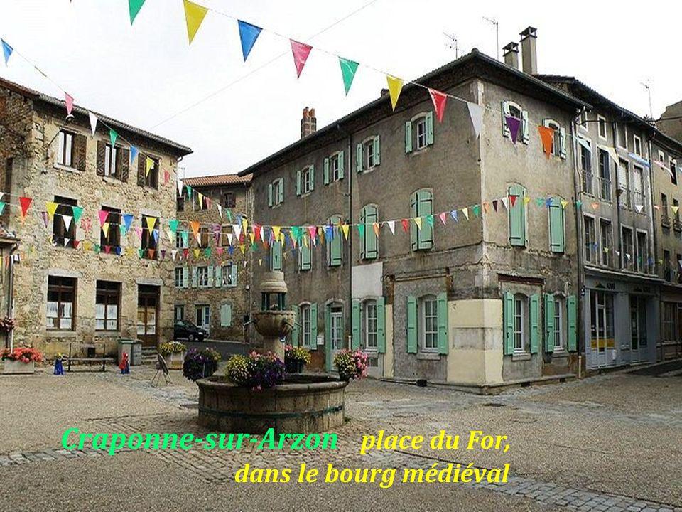 Craponne-sur-Arzon place du For, . dans le bourg médiéval