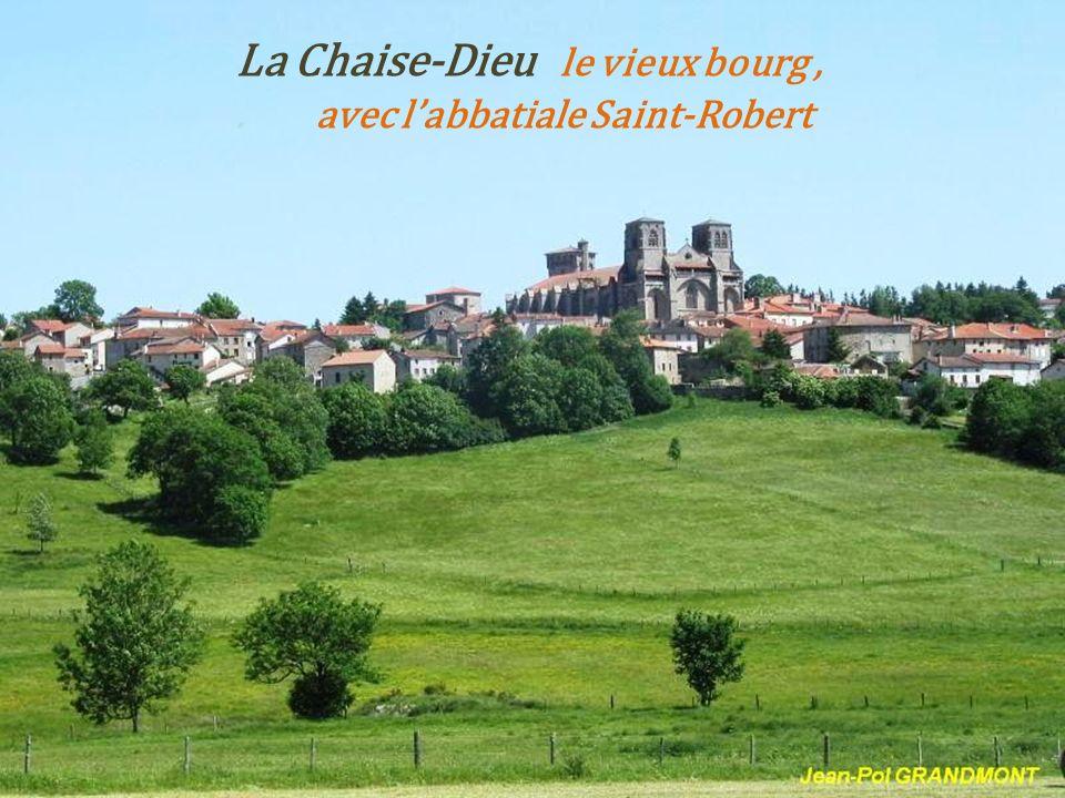 La Chaise-Dieu le vieux bourg , . avec l'abbatiale Saint-Robert
