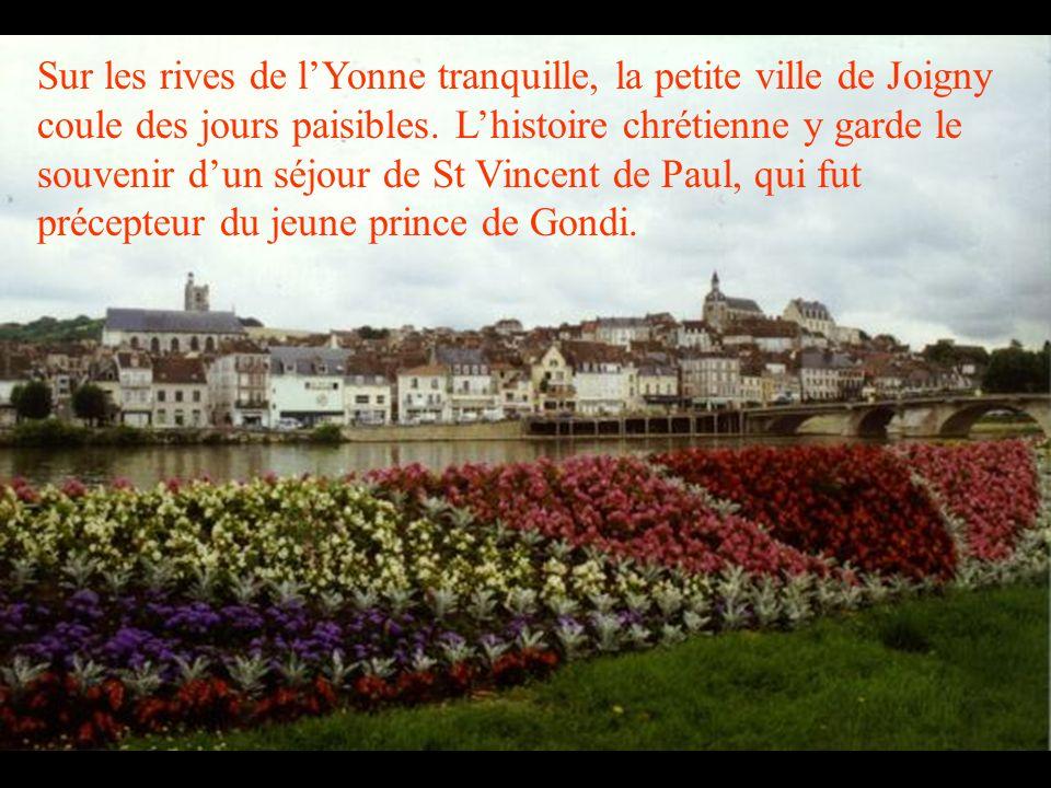 Sur les rives de l'Yonne tranquille, la petite ville de Joigny coule des jours paisibles.