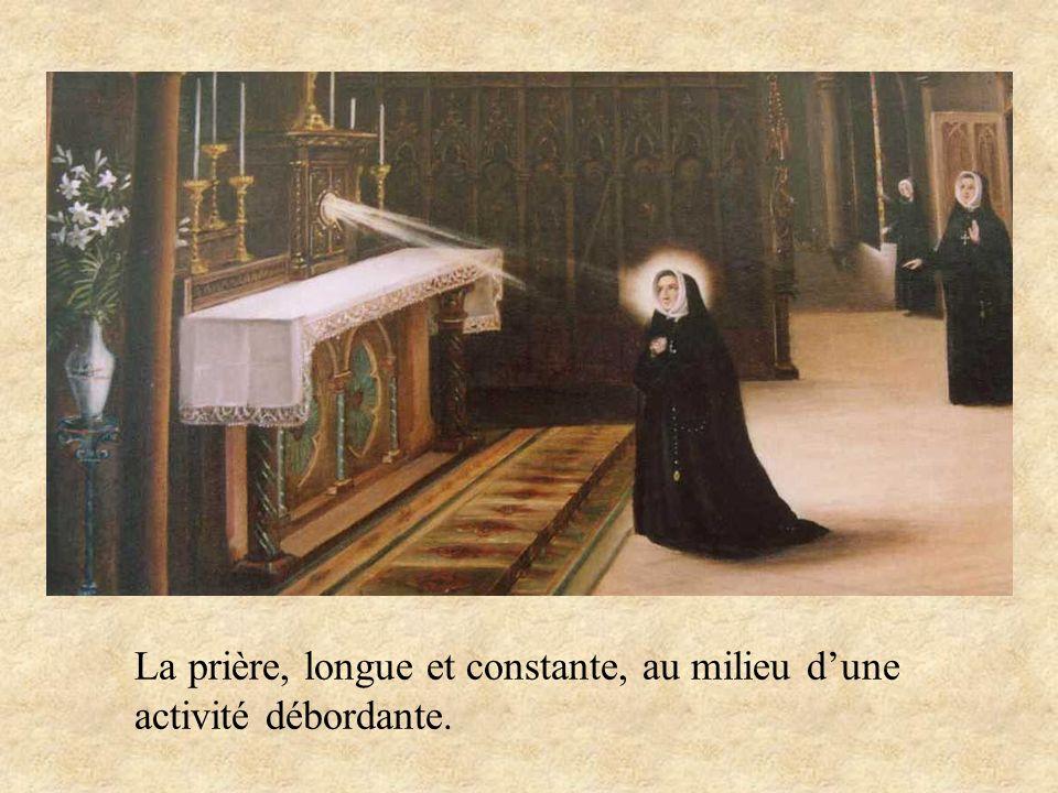 La prière, longue et constante, au milieu d'une activité débordante.