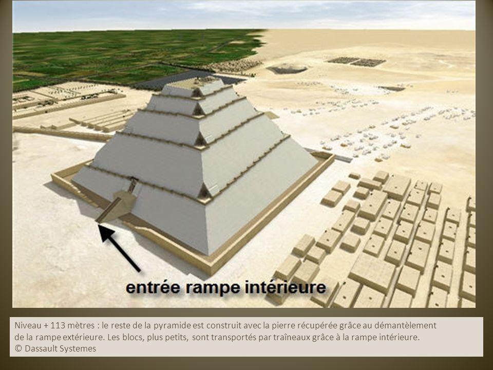 Niveau + 113 mètres : le reste de la pyramide est construit avec la pierre récupérée grâce au démantèlement