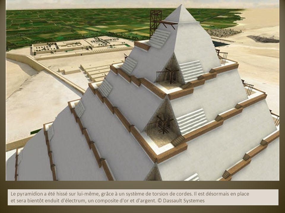 Le pyramidion a été hissé sur lui-même, grâce à un système de torsion de cordes. Il est désormais en place