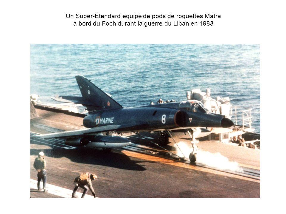 Un Super-Étendard équipé de pods de roquettes Matra à bord du Foch durant la guerre du Liban en 1983