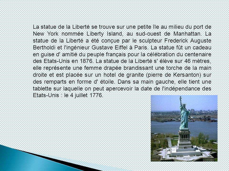 La statue de la Liberté se trouve sur une petite île au milieu du port de New York nommée Liberty Island, au sud-ouest de Manhattan.