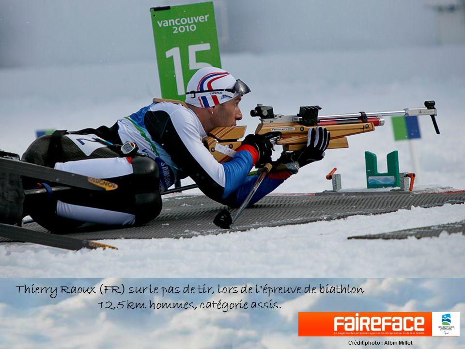 Thierry Raoux (FR) sur le pas de tir, lors de l épreuve de biathlon 12,5 km hommes, catégorie assis.