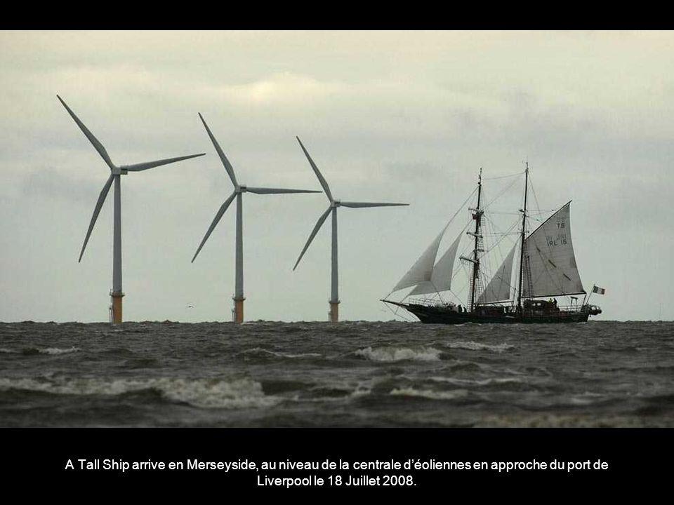 A Tall Ship arrive en Merseyside, au niveau de la centrale d'éoliennes en approche du port de Liverpool le 18 Juillet 2008.