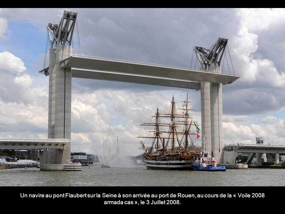 Un navire au pont Flaubert sur la Seine à son arrivée au port de Rouen, au cours de la « Voile 2008 armada cas », le 3 Juillet 2008.