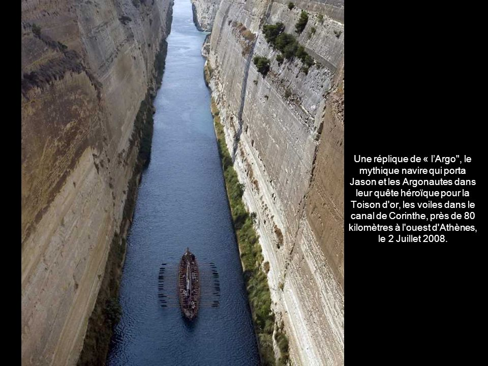 Une réplique de « l'Argo , le mythique navire qui porta Jason et les Argonautes dans leur quête héroïque pour la Toison d or, les voiles dans le canal de Corinthe, près de 80 kilomètres à l ouest d Athènes, le 2 Juillet 2008.