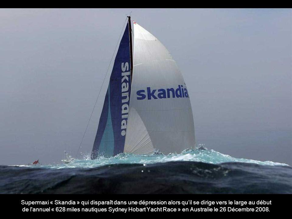 Supermaxi « Skandia » qui disparaît dans une dépression alors qu'il se dirige vers le large au début de l annuel « 628 miles nautiques Sydney Hobart Yacht Race » en Australie le 26 Décembre 2008.