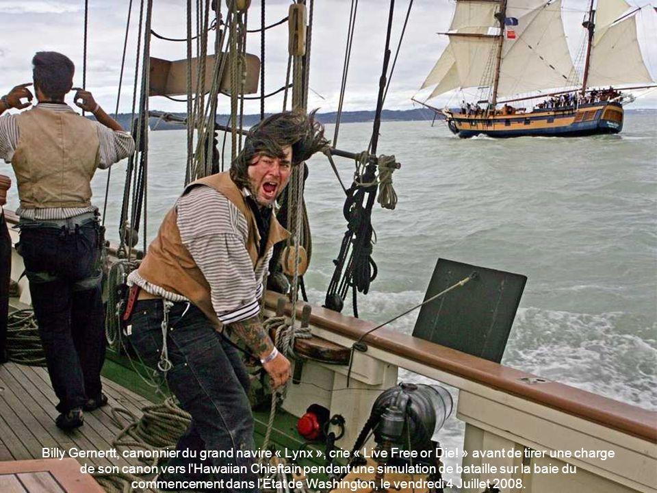 Billy Gernertt, canonnier du grand navire « Lynx », crie « Live Free or Die! » avant de tirer une charge de son canon vers l Hawaiian Chieftain pendant une simulation de bataille sur la baie du commencement dans l État de Washington, le vendredi 4 Juillet 2008.