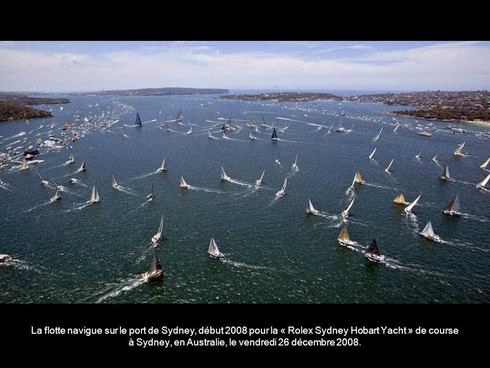 La flotte navigue sur le port de Sydney, début 2008 pour la « Rolex Sydney Hobart Yacht » de course à Sydney, en Australie, le vendredi 26 décembre 2008.
