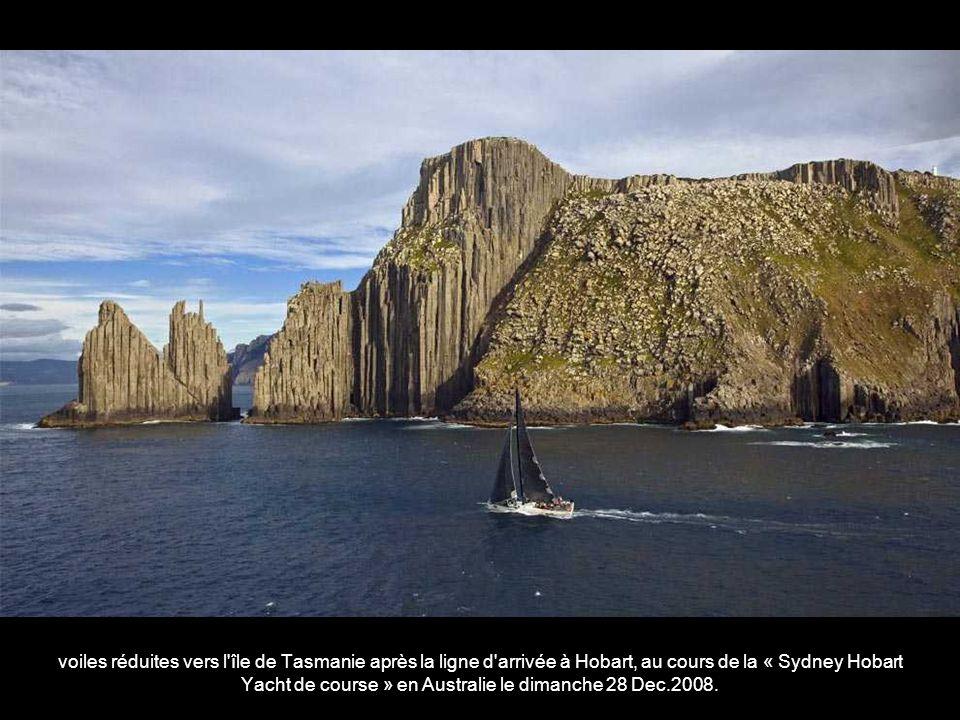 voiles réduites vers l île de Tasmanie après la ligne d arrivée à Hobart, au cours de la « Sydney Hobart Yacht de course » en Australie le dimanche 28 Dec.2008.