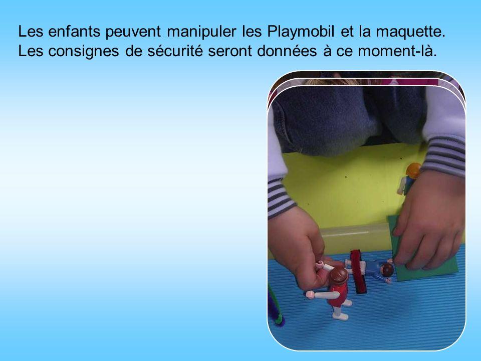 Les enfants peuvent manipuler les Playmobil et la maquette